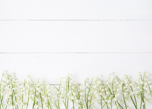 木製の白い背景の上の白い花