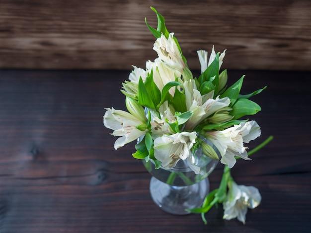 Белые цветы на темном деревянном фоне, свадьба