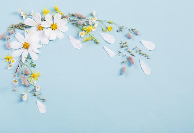 紙の背景に白い花