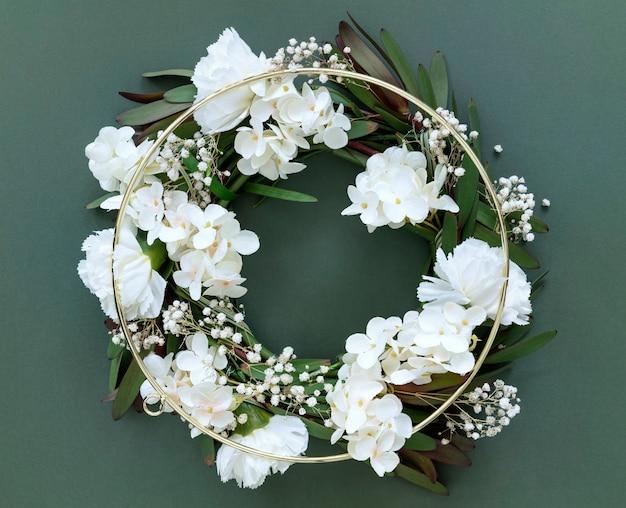 둥근 금 화환에 흰색 꽃