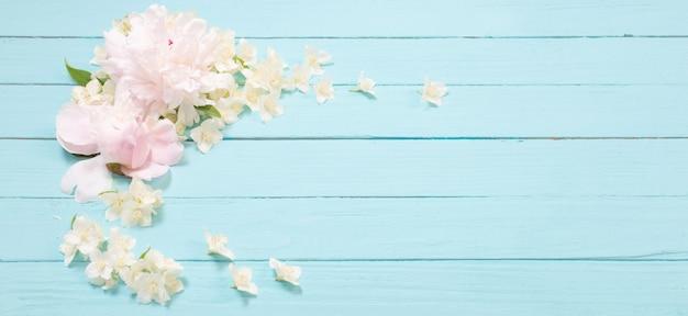 Белые цветы на белом деревянном фоне