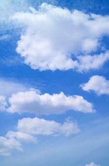 활기찬 푸른 하늘에 떠 있는 하얀 솜털 구름