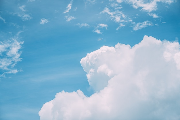 Белые, пушистые облака в голубом небе. фон из облаков