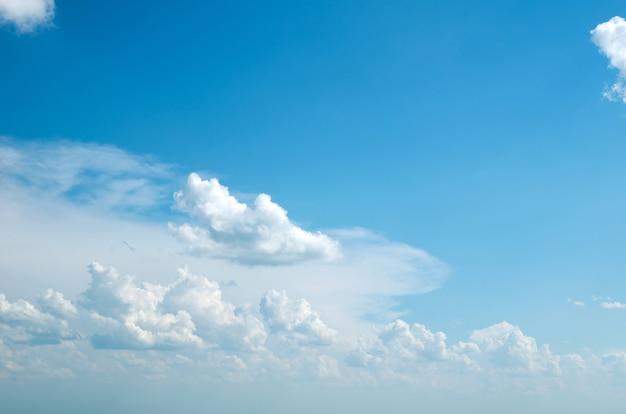 푸른 하늘에 흰 솜털 구름