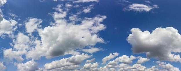푸른 하늘 배경에 하얀 솜털 구름. 하늘의 파노라마