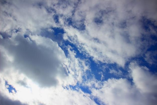 푸른 하늘 배경에 하얀 솜털 구름.