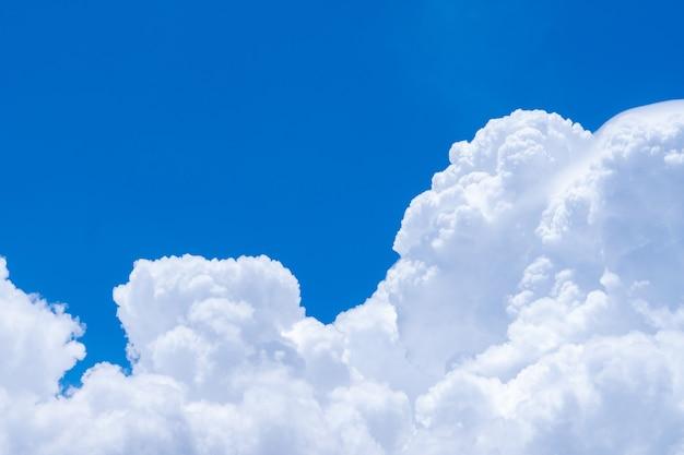 Белые пушистые облака на фоне голубого неба