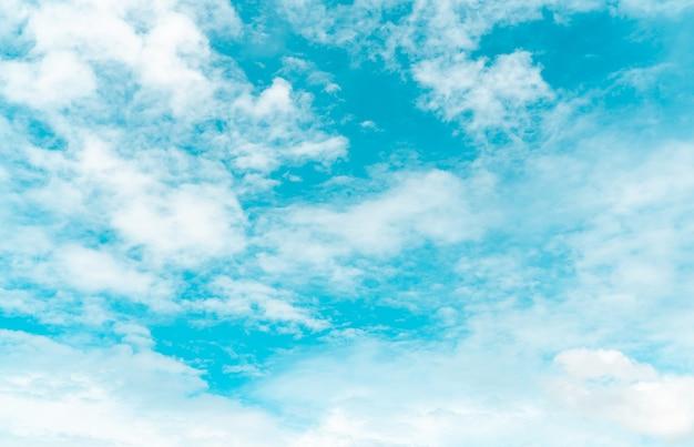 青い空に白いふわふわの雲。綿のようなやわらかな肌触り。白いふくらんでいる雲景。自然の美しさ。クローズアップの白い高積雲の雲のテクスチャの背景。晴れた日の空。真っ白な雲。