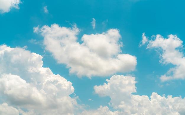 青い空に白いふわふわの雲。綿のようなやわらかな肌触り。白いふくらんでいる雲景。自然の美しさ。クローズアップ白い積雲雲テクスチャ背景。晴れた日の空。真っ白な雲。