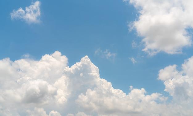 青い空に白いふわふわの雲綿の白いふくらんでいる雲景のような柔らかな感触
