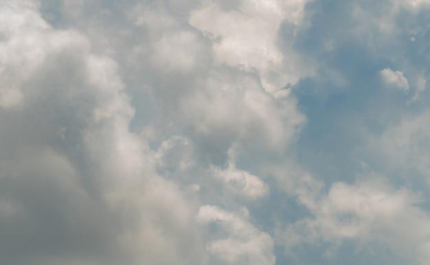 青い空に白いふわふわの雲が綿の白いふくらんでいる雲景のようなソフトタッチ感