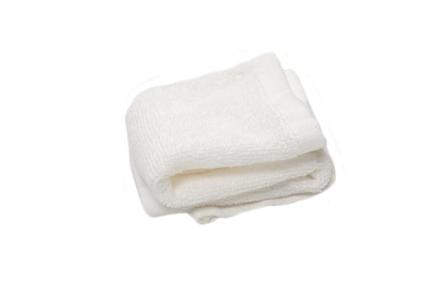 흰색 솜털 면 수건 흰색 배경에 고립입니다. 스파와 리조트.