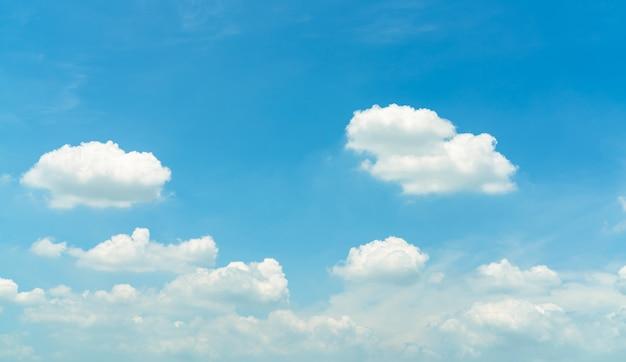 青い空に白いふわふわの積雲があり、テキスト用のコピースペースがあります。白いふくらんでいる雲景。自然の美しさ。白い積雲雲テクスチャ背景。晴れた日の空。真っ白な雲。 cloudscape。
