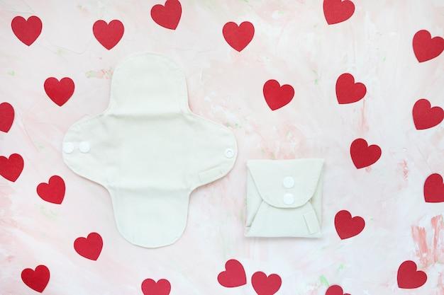 Белые свернутые и развернутые моющиеся многоразовые менструальные прокладки