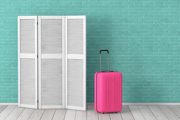 アクアマリンのレンガの壁の背景の前にピンクのスーツケースと白い折りたたみ木製ドレススクリーン。 3dレンダリング