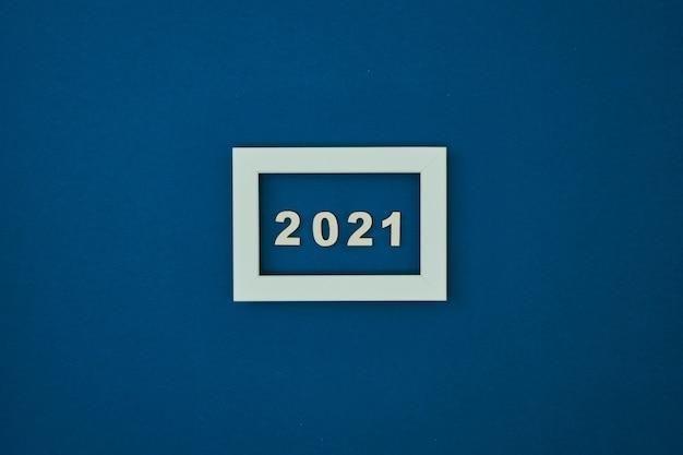 Белая рамка на синем фоне и надпись