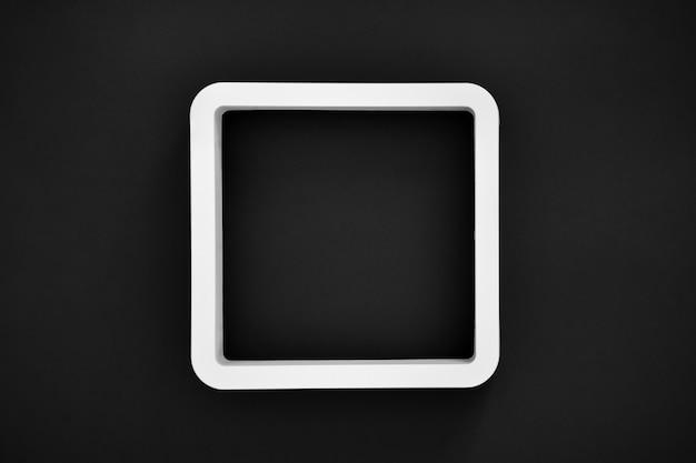 Белая рамка на черном цвете