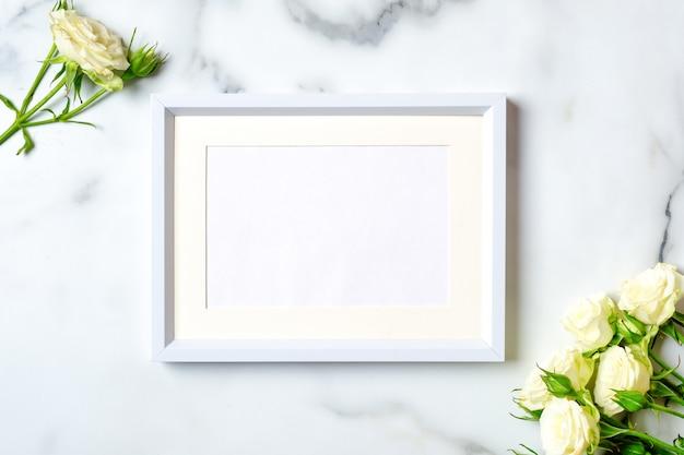 大理石の背景、フラットレイアウト構成、上面図、オーバーヘッドに空白の紙カードと白いフレーム。