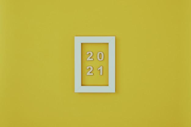 Белая рамка с новогодними украшениями и надписью на желтом фоне
