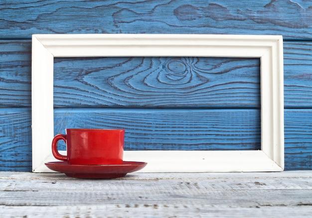 블루 보드의 배경에 흰색 프레임 및 빨간색 커피 컵