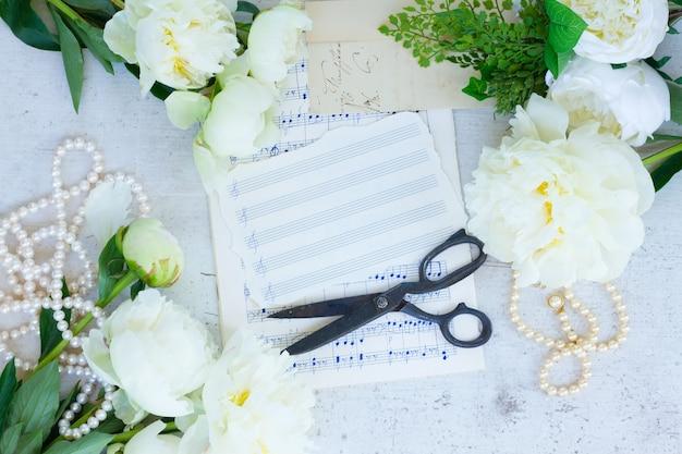 白い新鮮な牡丹の花ヴィンテージフラットレイ結婚式のフレームとメモ用紙