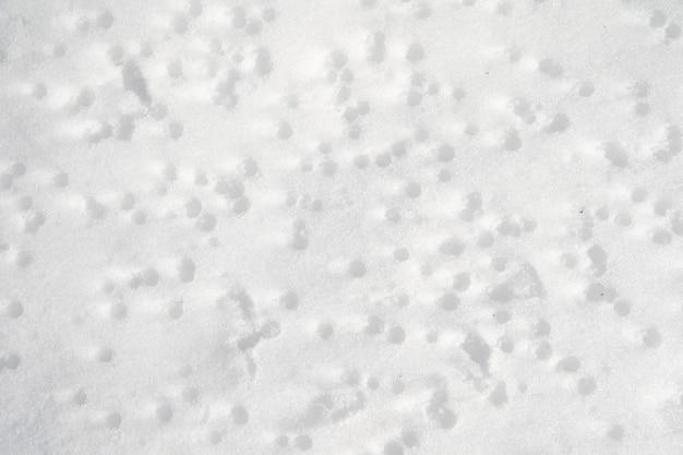 Белый замерзший снег зимой.