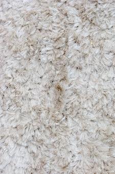 背景の白い毛皮の敷物