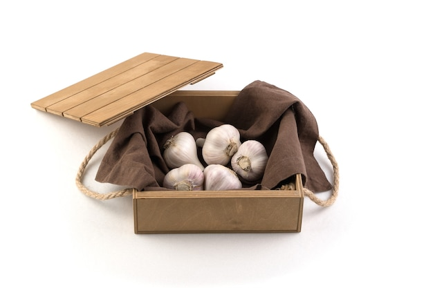 分離された白いニンニク、トップビュー、木製の箱。フルフレーム。食品と農産物のコンセプト。