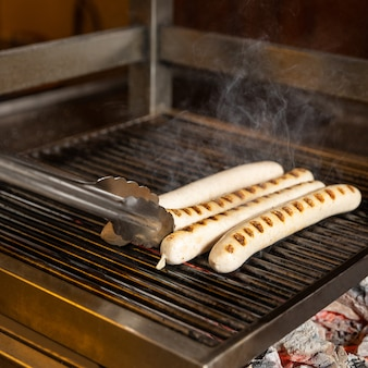 Белые немецкие колбаски готовят на углях