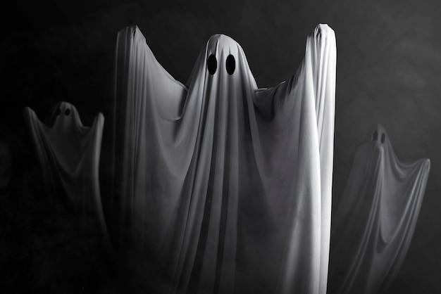 Белый призрак преследует темную стену. концепция хэллоуина