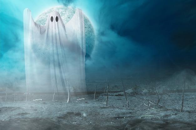 Белый призрак преследует на фоне ночной сцены. концепция хэллоуина