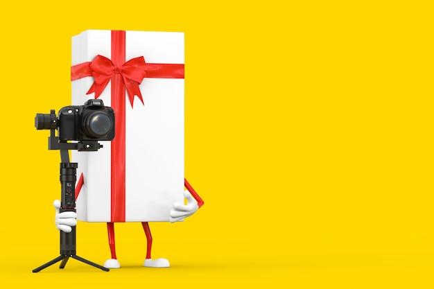 노란색 배경에 dslr 또는 비디오 카메라 짐벌 안정화 삼각대 시스템이 있는 흰색 선물 상자 및 빨간색 리본 캐릭터 마스코트. 3d 렌더링