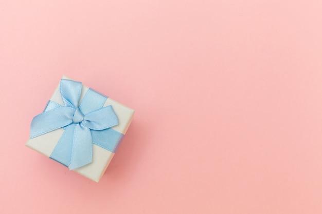 Белая подарочная коробка, изолированные на пастельно-розовом фоне