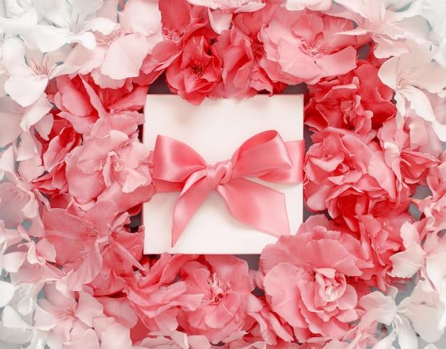 핑크 꽃 상위 뷰 사이 활과 흰색 선물 상자