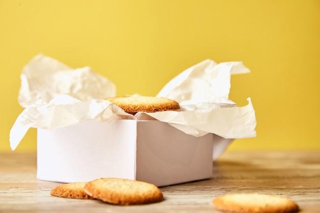 クッキー付きの白いギフトボックス