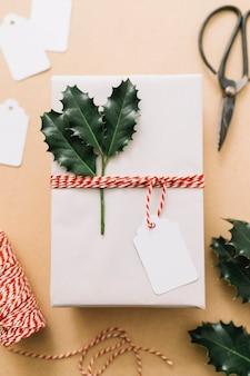 테이블에 녹색 전단지와 흰색 선물 상자