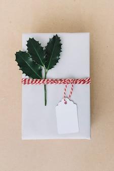 테이블에 전단지와 흰색 선물 상자