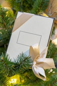 비문, 크리스마스 트리 장식을위한 공간이있는 흰색 선물 상자