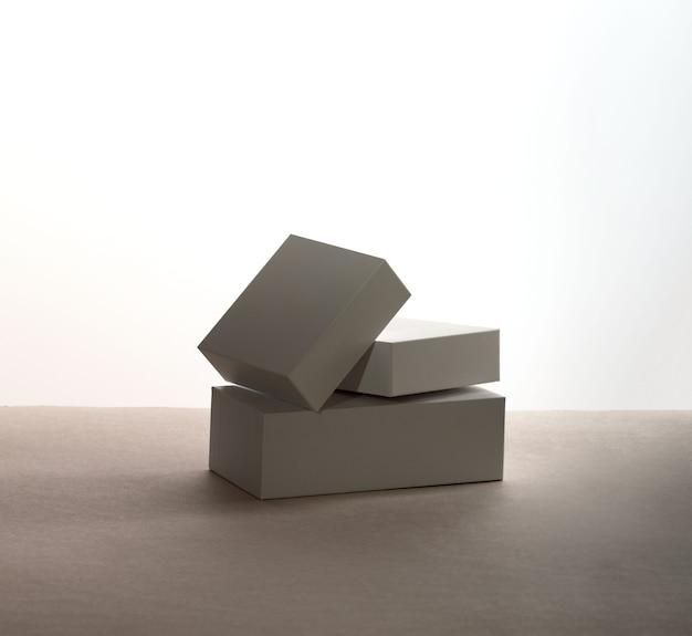 白いギフトボックス。影付きの白い背景の上の空白のギフトボックス。隔離された。空白のモックアップファイル