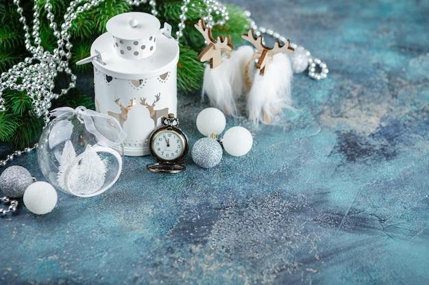흰색 유리 공 및 장난감, 나무 장식, 플로어 램프 조명, 나무 사슴 및 포켓 whatches