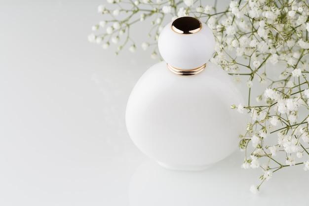 白い光沢のある香水瓶