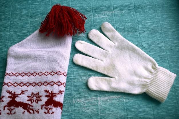 白い手袋と鹿と帽子
