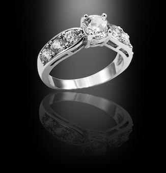 ホワイトゴールドダイヤモンドリング、黒の背景