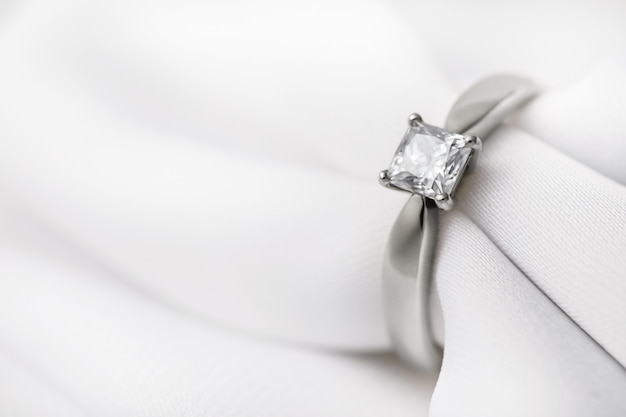 シルク生地に大きなダイヤモンドをあしらったホワイトゴールドの結婚指輪