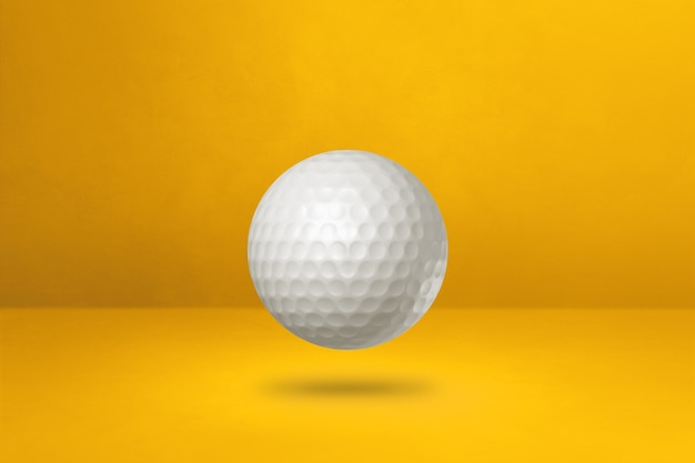 노란색에 고립 된 흰색 골프 공