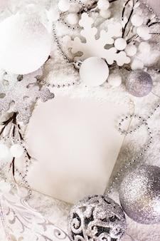 Белая открытка для счастливого рождества и счастливого нового года