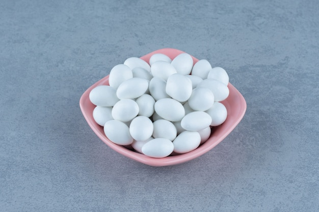 대리석 테이블에 그릇에 흰색 잇몸.