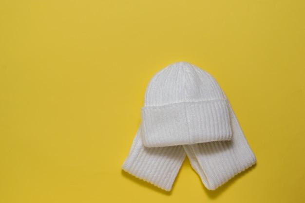 明るい黄色の白い帽子とスカーフ