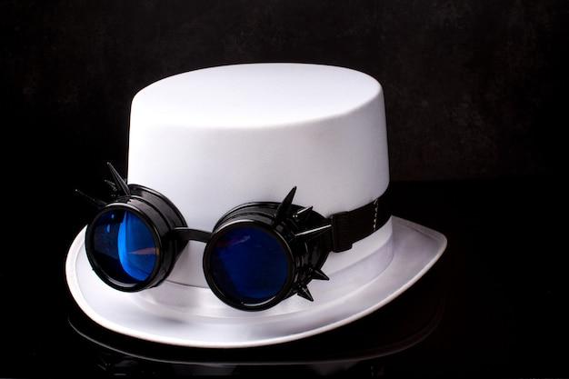 スチームパンクな黒いメガネと白い帽子