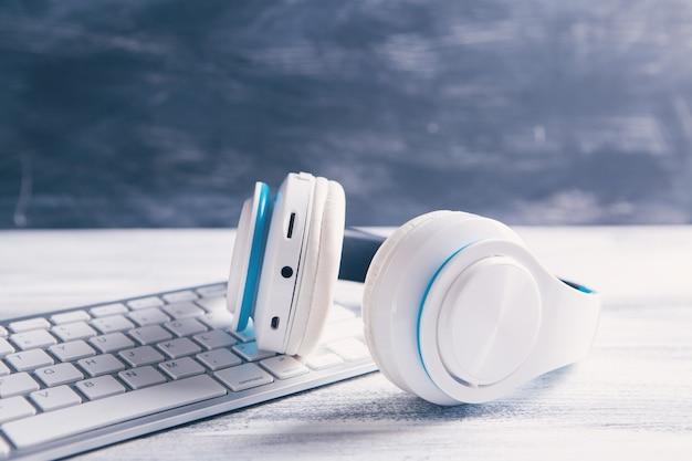 키보드가있는 흰색 헤드폰